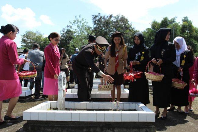 Kapolres Bolmong menabur bunga di TMP, sebagai bentuk penghormatan kepada para pahlawan