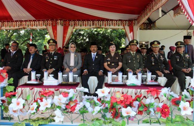 Tampak Wali Kota, Ketua DPRD bersama anggota, Kapolres Bolmong dan unsur Forkompida, saat menghadiri upacara peringatan Hari Pahlawan