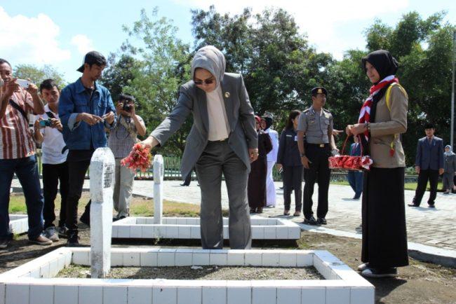 Wali Kota menabur bunga di TMP, sebagai bentuk penghormatan kepada para pahlawan