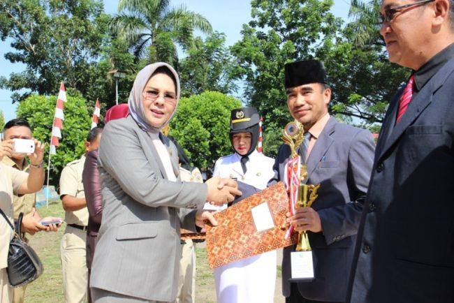 Wali Kota menyerahkan trophy dan sertifikat Reward dan Punishment kepada Satuan Kerja Perangkat Daerah (SKPD) sesuai rangking unit kerja